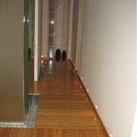 Подсветка пола в коридоре включается автоматически при переходе в ночной режим либо от датчиков движения